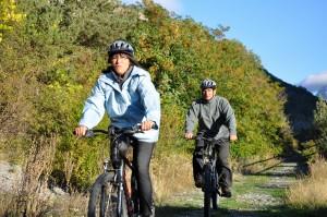 """Myriam Alpes de Haute-Provence teste les 12 circuits VTT de la Vallée du Jabron, soit 185 km. Comme elle est très forte, elle a décidé aussi de s'attaquer au sportif """"Tour de la vallée du Jabron"""" (115 km) qu'elle compte réaliser en 2 étapes seulement ! Le plus impressionnant c'est qu'elle n'a pris que 2 barres de grany et un tube de rouge à lèvres !"""